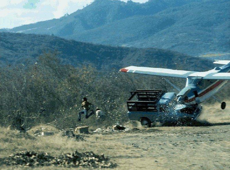 Oh Sh!t, It's a Plane!. RUN AWAY. plane short landing Crash