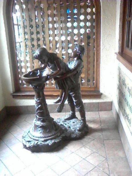 Statue Fail. a picture my friend took at a mexican food place.. hear ill help you little susy >=D mwhahaha captcha:ebony haha e.bony Statue fail wrong angle